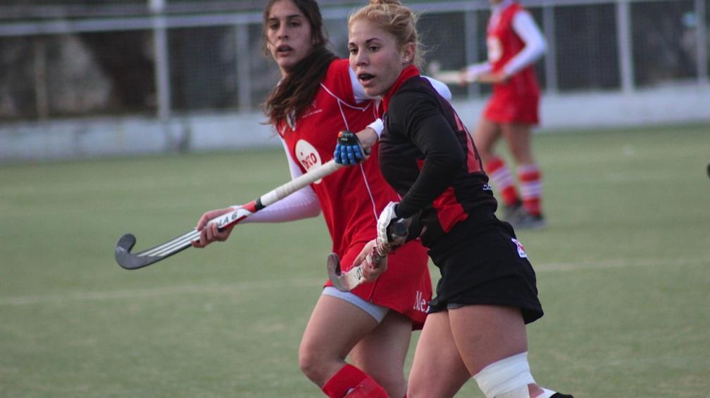 Paulina Forte fue una de las más claras de Athletic. Atrás, Natalia Galíndez. (Foto: Mundo D)