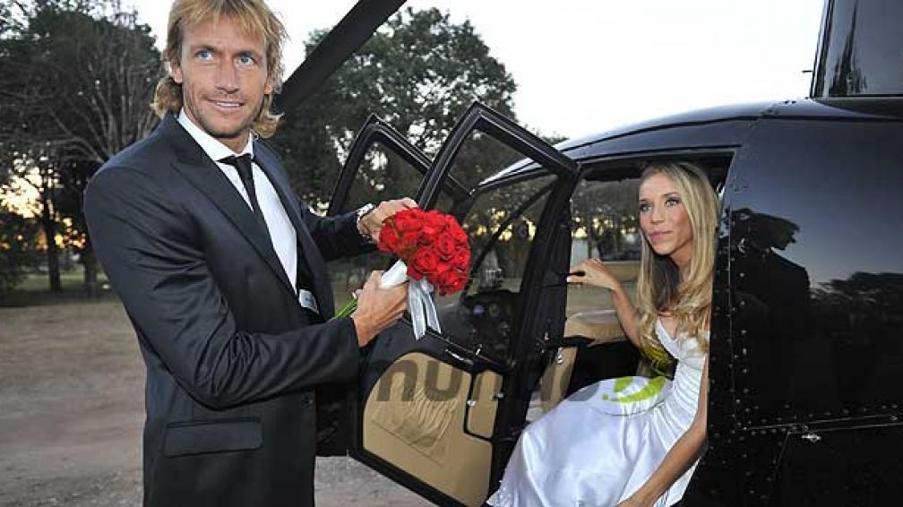 José y Valeria en el helicóptero que usaron para volar hasta Villa Allende (Foto: Sergio Cejas).