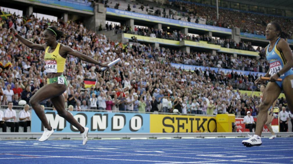 Una multitud disfrutó de la velocidad de las jamaiquinas para ganar la posta 4x100.