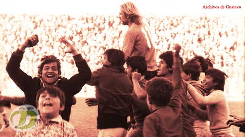 Reinaldi en andas inicia el festejo de Belgrano por el Clasificación de 1974. Fue 2-1 sobre Talleres. (Foto: La Voz / Archivo)