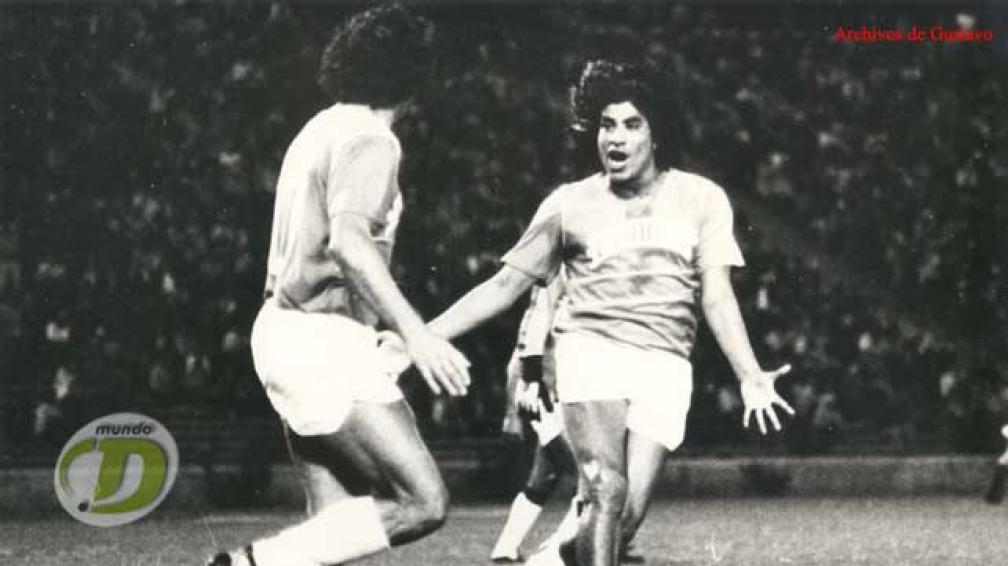 Luis Ludueña, un especialista en amargar a Belgrano, celebra su gol con Estudiantes de Río Cuarto, en la final del 1º Provincial 1983. (Foto: La Voz / Archivo)