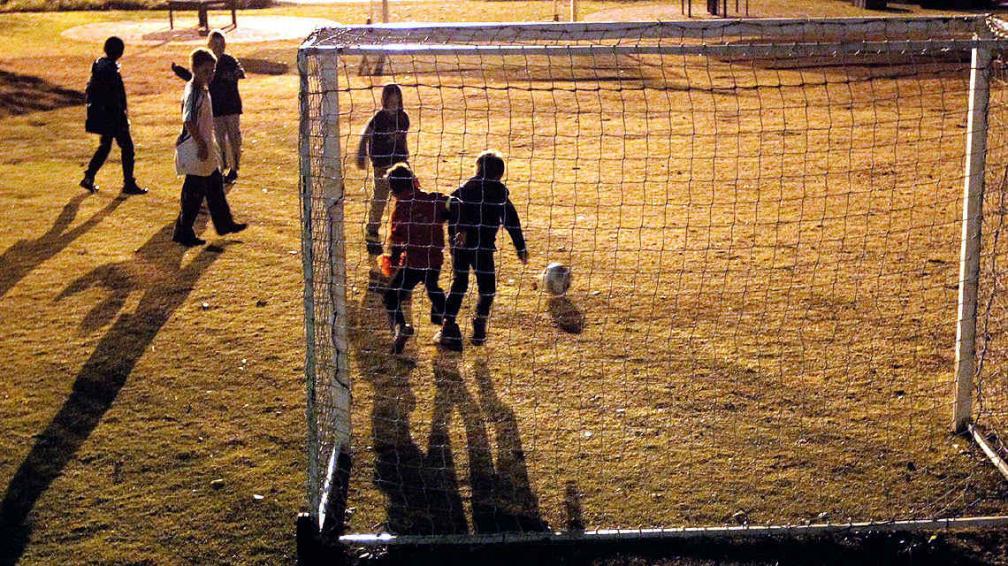 Qué lindo sería. Que lo niños sólo entren a una cancha de fútbol para jugar a la pelota y que sólo escuchen los gritos de algún gol que hagan. (Foto: AP)