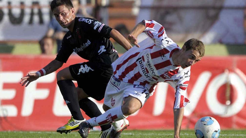 Valeriano Uriarte intenta. El pibe quedó como único volante central luego de la expulsión de Nicolás Delmonte. (Foto: Télam)