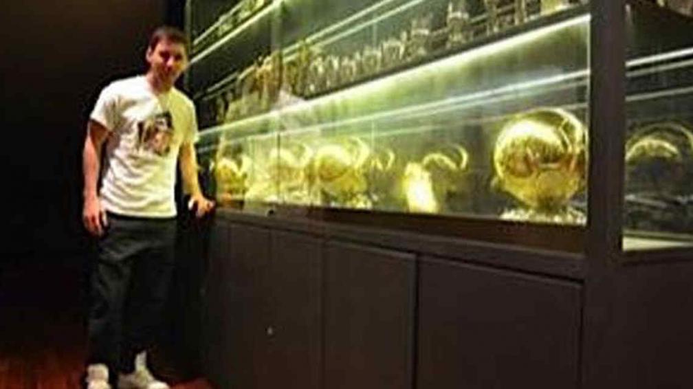 Messi y sus cuatro torfeos. (Foto: Weibo Messi)