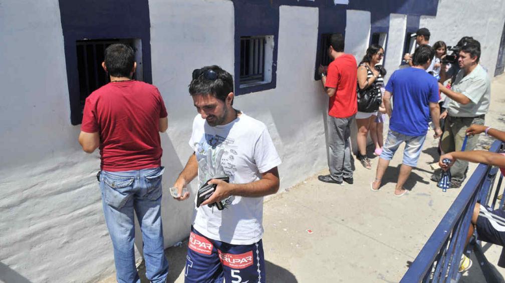 A buen ritmo, esta mañana continuó la venta de plateas en ambos estadios (Foto: Sergio Ortega).