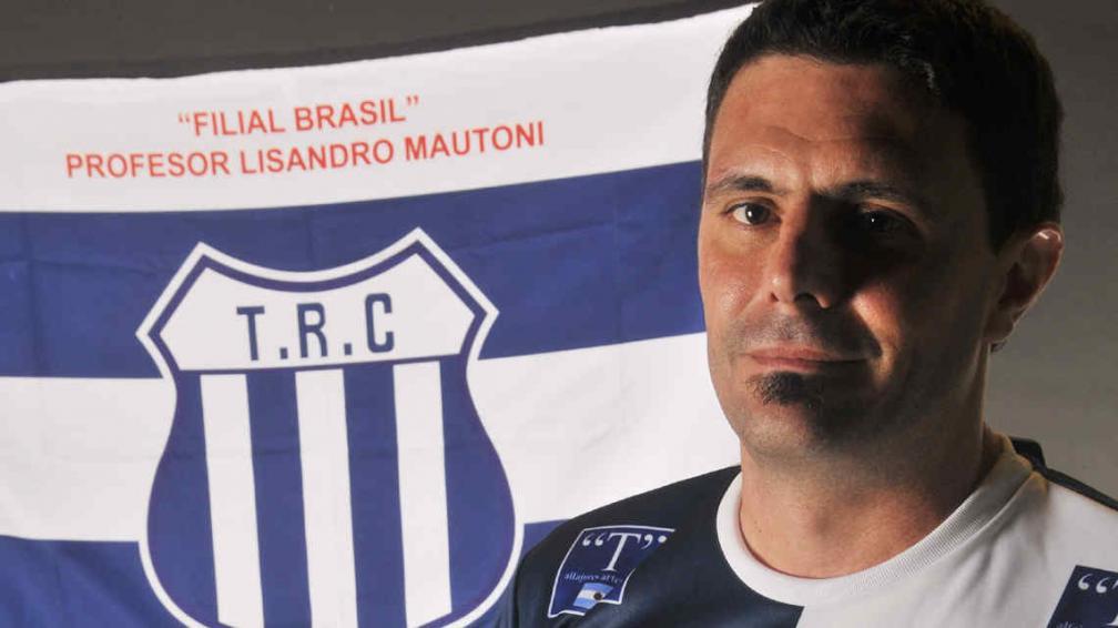 César Pereyra con la bandera de la filial que quiere inscribir en Brasil. (Foto: Javier Cortez)