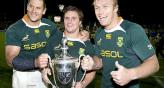 Schalk Burger, Heinrich Brussow y Pierre Spies celebran la victoria sobre los All Blacks.