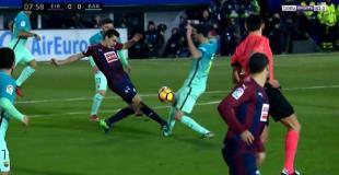 La patada del argentino Escalante que sacó a Busquets del partido Eibar-Barcelona