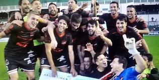 Los jugadores de Douglas, felices tras la victoria (Foto: Prensa Douglas Haig).
