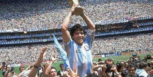 Maradona levanta la Copa en el campo del Azteca y a él lo levanta la gente. El momento más sublime de su carrera
