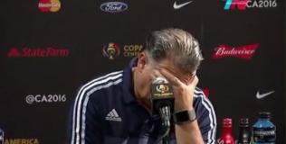 La reacción de Martino al ser consultado sobre la jugada de Higuaín.