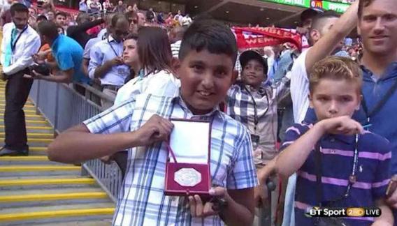 Ídolo: Mou perdio la final y lanzo la medalla a la tribuna