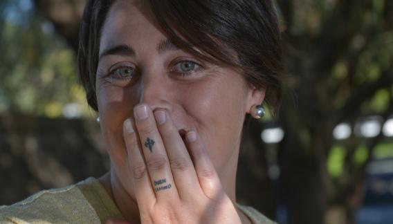 """""""Buen camino"""", dice el tatuaje de Rocío. Se lo hizo cuando recorrió Santiago de Compostela. (Martín Baez)"""