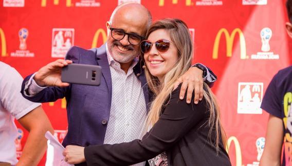 El periodista Daniel Arcucci junto a Dalma Maradona.