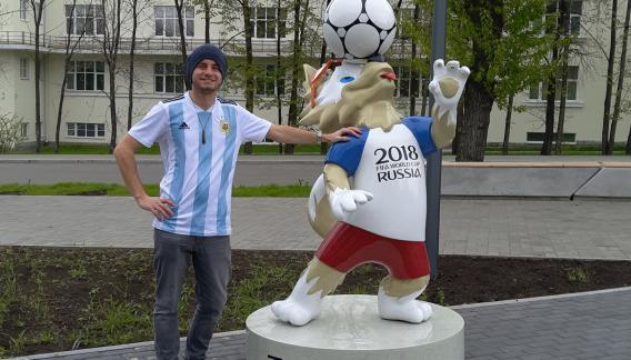 La mascota del Mundial aporta un poco de color a la aún poco colmada Ekaterimburgo.