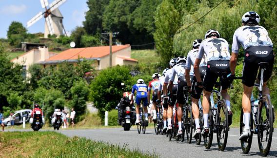 El pelotón se lanza a cumplir con la segunda etapa del Tour. (AP)