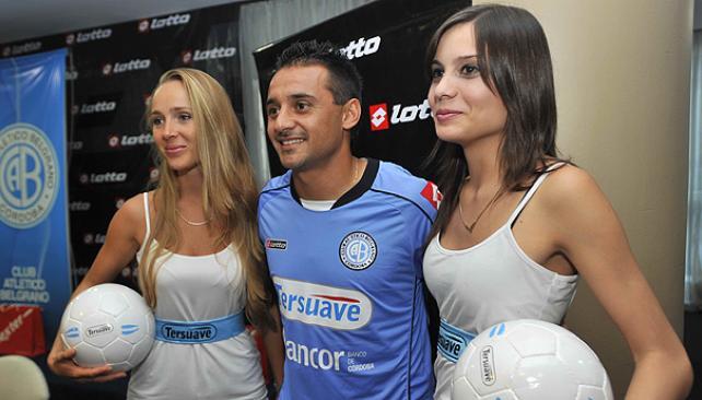 """Las chicas y el """"Picante"""" lucen la nueva casaca de Belgrano. (Foto: Sergio Cejas)"""