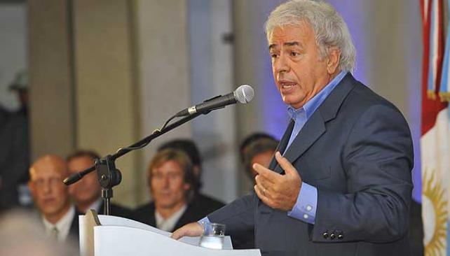 De la Sota anunció, en el Centro Cívico de Córdoba, que Oberto volverá a jugar (Foto: Sergio Cejas).