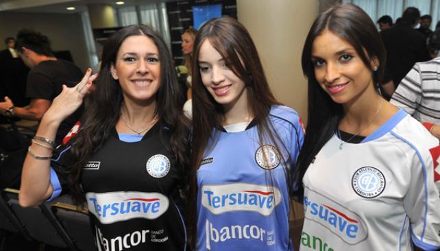 Las chicas lucen la nueva casaca de Belgrano. (Foto: Sergio Cejas)