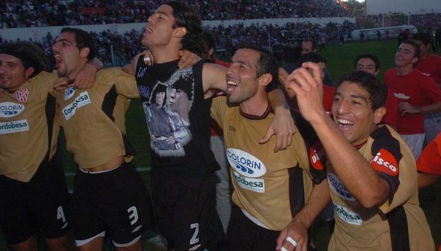 La alegría de los jugadores de Instituto en la reválida de 2005 (Foto: La Voz / Archivo).