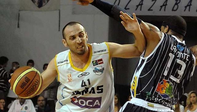 Mazzaro lleva la pelota. El de Obras no tuvo un buen partido (Foto: www.ligateunafoto.com).