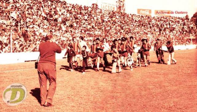 Talleres, con vestimenta atípica, da la vuelta por la obtención del Apertura '75, antes de un clásico ante Belgrano. (Foto: La Voz/Archivo)