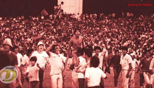 Pablo Comelles en andas para celebrar la obtención de Belgrano en el 2º Provincial de 1983, definido en enero de 1984. (Foto: La Voz / Archivo)
