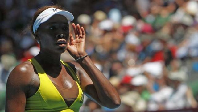 Venus intenta escuchar algún que otro consejo. Igual perdió y no jugará ante su hermana Serena. // Foto: Agencia AP.
