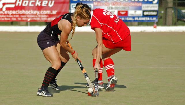 Paulina Forte batalla en la mitad de cancha. (Foto: Mundo D)