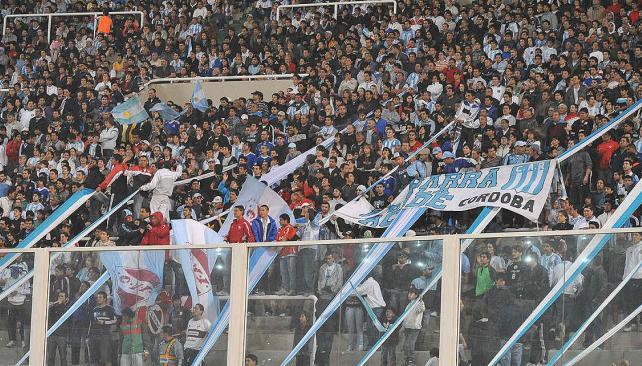 Hinchas de diferentes clubes estuvieron presentes en Córdoba, cuando Argentina jugó frente a Brasil. (Foto: Sergio Cejas)