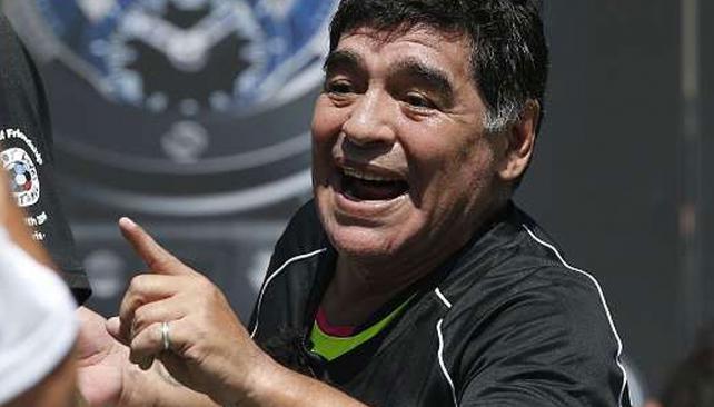 Maradona canta y baila al ritmo de Los Palmeras mientras se entrena