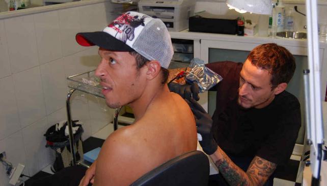 Guillermo, el tatuador de las estrellas de Barcelona.