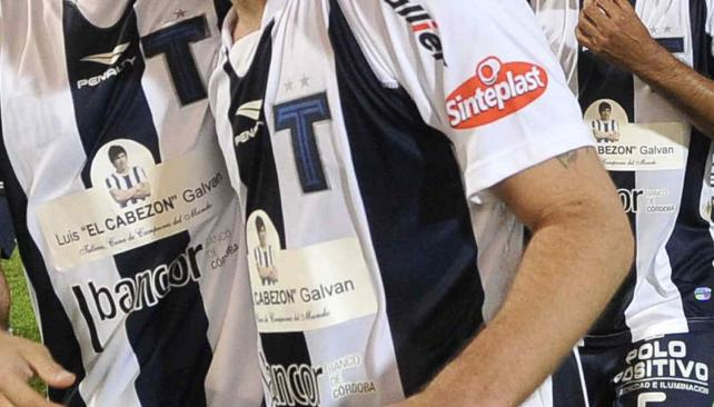 """Escrito. Ante Alumni, la """"T"""" llevó en el frente de la camiseta al gran Galván. // Foto: Facundo Luque"""