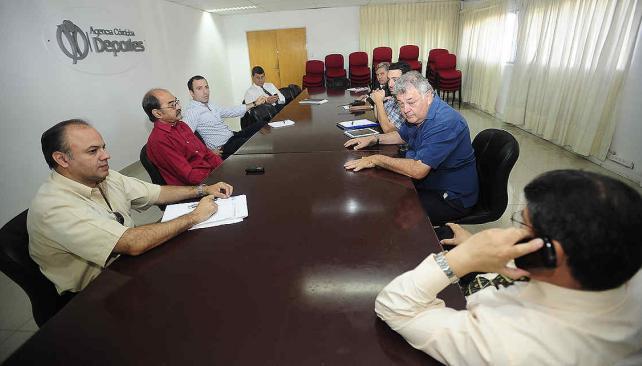 Ya se juega. Ayer por la mañana hubo una cumbre en la Agencia Córdoba Deportes. Emeterio Farías y Ricardo Baffaro recibieron a representantes de la empresa organizadora del Boca-River y a funcionarios policiales. (Foto: Pedro Castillo)