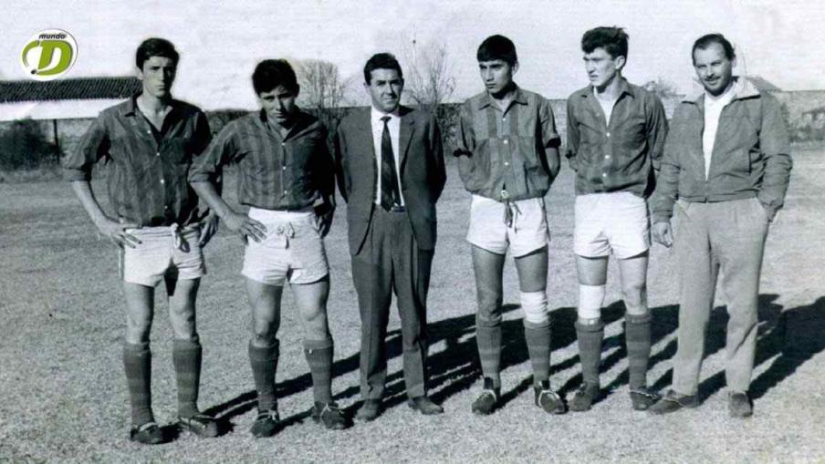 San Lorenzo de Córdoba 1962 en Jesús María. De izquierda a derecha: Sebastián Viberti, Flores, Llamil Simes (DT), Monserrat, Leigener y Carlos Arllar (dirigente). (Foto: La Voz)