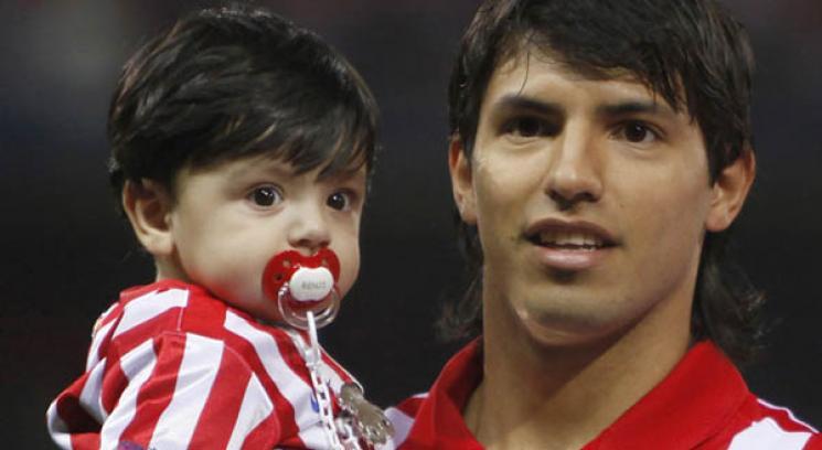 De 1 El Delantero Junto A Su Hijo Benjam  N Ag  Ero Maradona  Foto