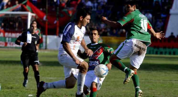 Este domingo se jugó por primera vez un partido oficial de torneos de AFA en el Trampero. (Foto: Ramiro Pereyra)
