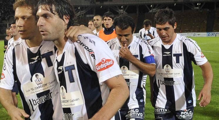 Villarreal, rodeado de sus compañeros, después del partido ante Alumni (Foto: Facundo Luque).
